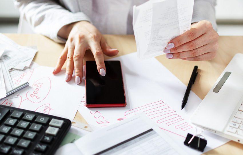 kobieta sprawdza rachunki