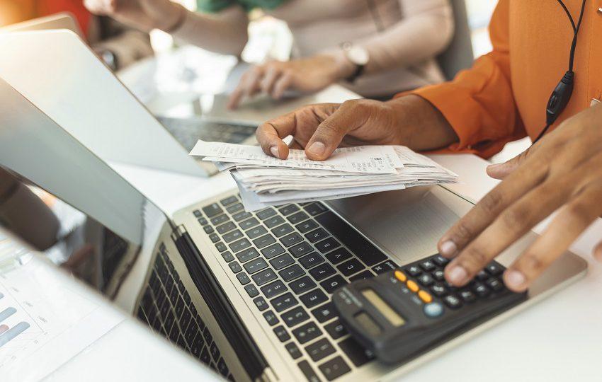 kobieta księguje rachunki